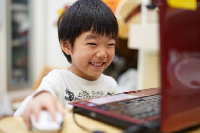 子供にプログラミング教育は必要?必修化の背景・内容と学習方法を解説